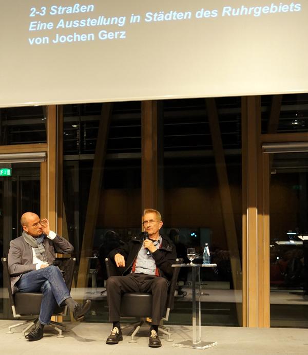 Florian Matzner fragt Jochen Gerz, wie es war in den 2-3 Straßen.