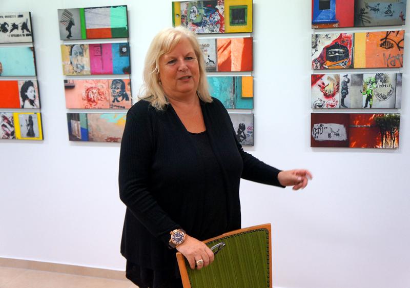 Brigitte Bailer im Atelierhaus Westfalenhütte vor Bildern von Marlies Backhaus