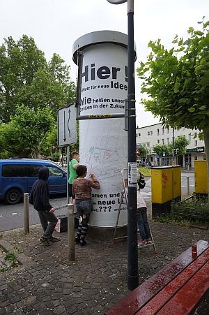 Litfaßsäule am Borsigplatz wird zur Fläche für kreative Straßenumbenennung.
