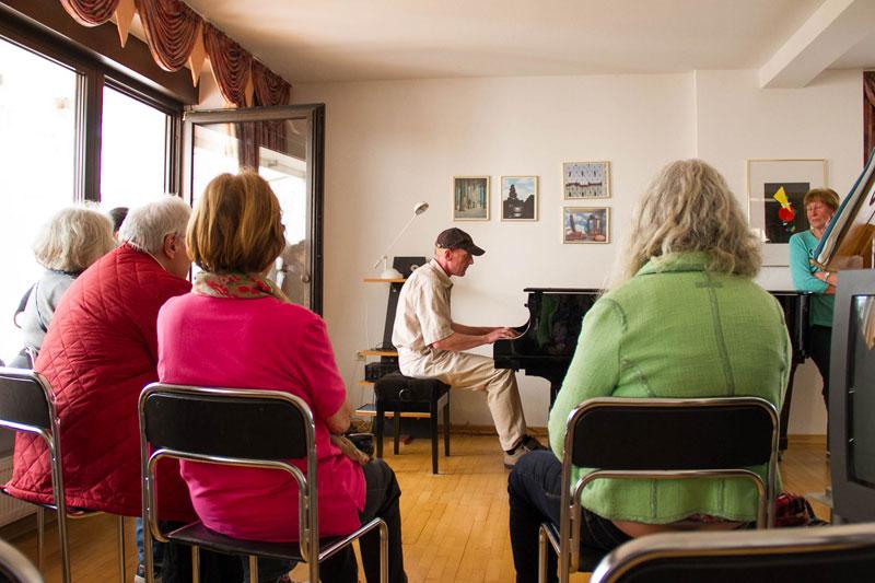Der Hausherr spielt Klavier. Foto: Jullian Has