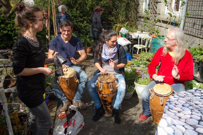 Spontane Percussion im Bunten Haus. Foto: Jullian Has